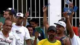 Moradores fazem protesto em frente ao Sine de Aracruz, no Norte do ES