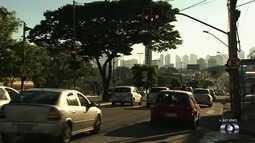 Trânsito fica lento com semáforos sem sincronização no Setor Cidade Jardim, em Goiânia