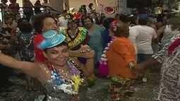Idosos se reúnem em baile de carnaval em Ituiutaba