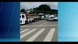 Moradores de Governador Valadares interrompem parte do trânsito da BR-116