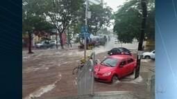 Ruas ficam alagadas e semáforos desligados após temporal em Goiânia