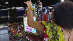 Juliana Ribeiro faz dueto com o Bloco Alvorada durante transmissão da TV Bahia