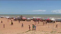 Praia de Pontal do Ipiranga, ES, fica cheia no sábado de Carnaval