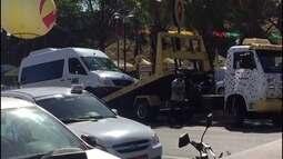 Veículo estacionado em local irregular é rebocado na Praça do Carmo, em Olinda
