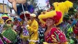 Grupo de maracatu se encontram nas ladeiras históricas de Olinda