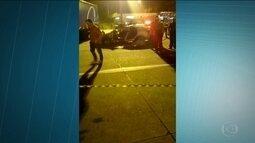 Quadrilha rouba viatura da PM em SP, foge pela Bandeirantes e para ao bater em carreta