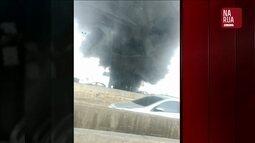 Vídeo mostra incêndio que atinge depósito de veículos no Rio