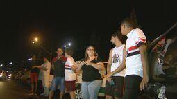 Fãs fazem plantão na porta de hotel onde jogadores do São Paulo estão hospedados