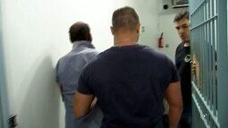 Suspeito confessa que asfixiou e estuprou mulher acorrentada à cama, diz polícia