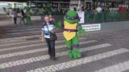 Tartarugas Ninjas fazem orientação de trânsito em Santos