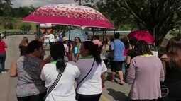 Funcionários da rede municipal de ensino de Cotia protestam nas ruas