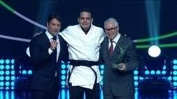 Técnico recebe prêmio de Rafaela Silva, que é eleita a atleta da torcida