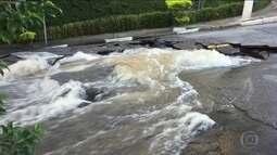 Adutora da Sabesp rompe e inunda uma rua no bairro da Vila Mariana