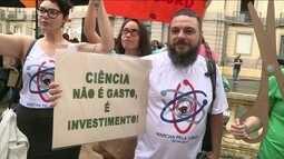 Cientistas protestam contra cortes de orçamento e queda de investimento
