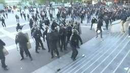 Manifestantes, contrários a Marine Le Pen, entram em confronto com a polícia em Paris