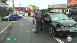 Carro bate em poste na Estrada de Itapecerica e deixa um morto e sete feridos