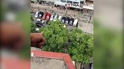 Em motos e armados, homens mandam comércio fechar na Tijuca