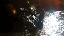 Dois carros caem no córrego Retiro Saudoso em Ribeirão Preto, SP