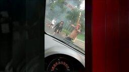 Índios ameaçam com arco e flecha quem tenta furar bloqueio em estrada, em SP