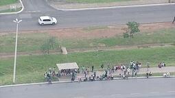 Manifestantes bloqueiam vários pontos do DF e causam transtornos a passageiros