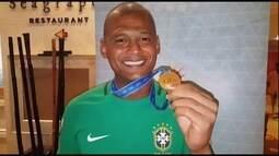 Goleiro Mão, da seleção de futebol de areia, comemora conquista do pentacampeonato mundial