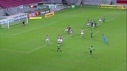 Felipe Amorim cobra falta, mas bola passa à direita do gol, aos 33' do 2º Tempo