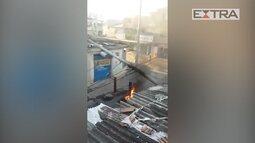 Poste cai depois de bandidos fazerem barricadas com fogo na Cidade de Deus