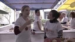 Angélica conversa com voluntários do projeto ADUS