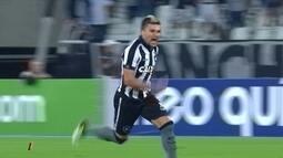 Vitor Luiz, do Botafogo, solta a bomba de canhota e leva a pintura da oitava rodada