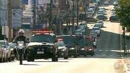 Policiais fazem 'sirenaço' em homenagem a colega morto em operação contra o tráfico no RS