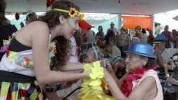Angélica faz um carnaval fora de época para idosos com o projeto Musicalidade
