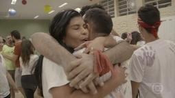 Voluntários se emocionam ao concluir reforma de creche em Belo Horizonte
