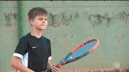 Tenista de 11 anos se destaca e disputa etapa estadual contra profissionais e veteranos