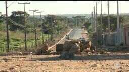 Moradores do bairro Monte Alegre bloqueiam rua para pedir obra de asfaltamento