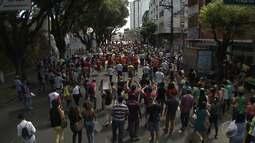 Trabalhadores em educação e servidores da prefeitura fazem protesto no centro da cidade