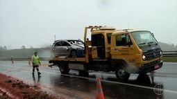 Motociclista morre em acidente e veículos passam pela BR-101, em Silva Jardim, no RJ