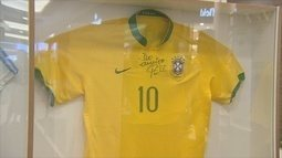 Exposição de camisas de clubes de futebol tem participação do ex-atacante Luizão