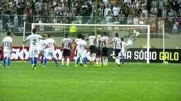Trave e Victor salvam o Atlético-MG no final do jogo , aos 47 do 2º tempo