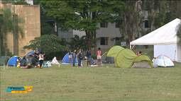 Famílias acampam no centro cívico de Londrina