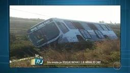 Ônibus bate em poste e sai da pista com o impacto na RJ-102 em Arraial do Cabo, no RJ