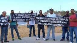 Trabalhadores protestam contra demissões em Macaé, no RJ