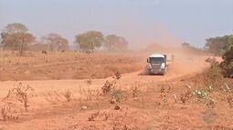 Carretas atolam na terra seca em MT