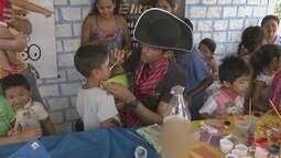 Voluntários trazem diversão e brinquedos a crianças que vivem na olaria, em Cantá