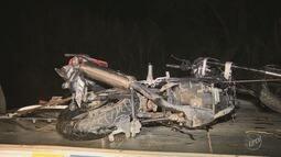Caminhão invade faixa contrária, bate em carro e duas motos e mata três pessoas em Amparo