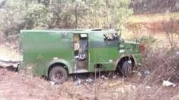 Bandidos armados com fuzis explodem carro-forte na BR-251, em Grão Mogol