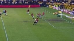 Maranhão bate cruzado, e Lucão desvia, a bola passa com perigo, aos 26' do 2º tempo