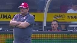 Guto Ferreira e D'Alessandro observam o jogo, aos 29' do 2º tempo