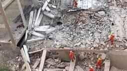 Bombeiros do Distrito Federal fazem buscas em prédio que desabou em Vicente Pires