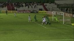 Incrível! Marcelo Rangel faz milagre, bola vai no travessão e volta para ele, aos 20 do 2º
