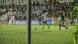 Rafael Ratão limpa para a perna direita e chuta com perigo, aos 33 do 2º tempo